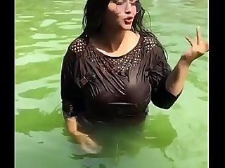 Desi girl in black top big boob wet swimming
